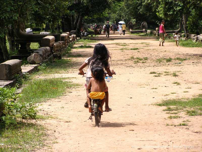 niña alejándose con su bici en la avenida de beng mealea
