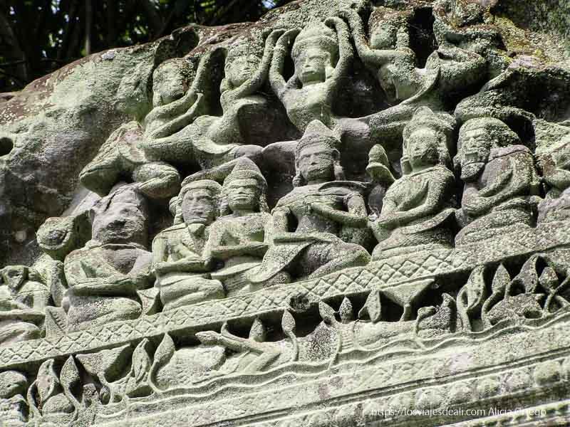 relieves hinduistas en piedra en beng mealea