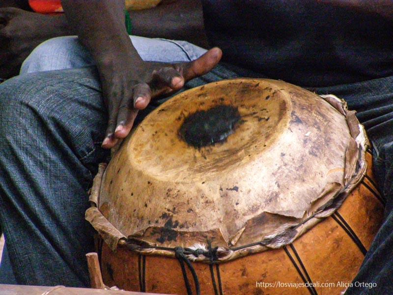 tocando el tambor bobo dioulasso