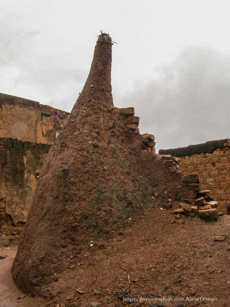 montón de barro que representa antepasados en bobo dioulasso
