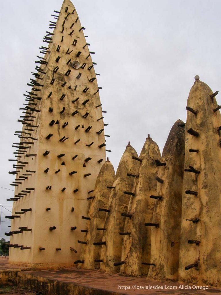 mezquita de adobe con palos saliendo hacia fuera bobo dioulasso
