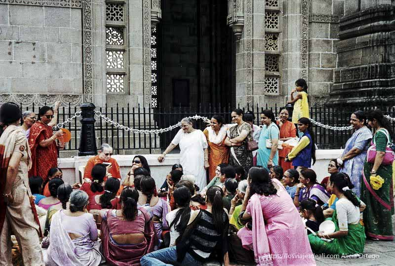 mujer albina con sari dando charla a mujeres junto a puerta de la india en bombay