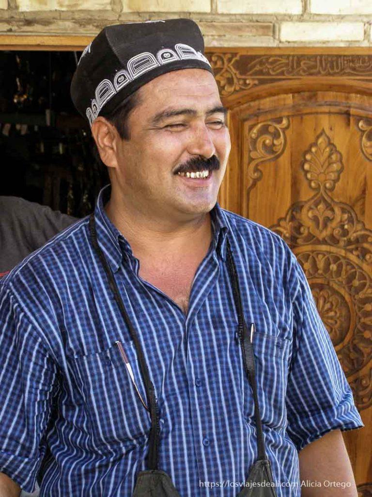 señor con dientes de oro sonriendo bukhara