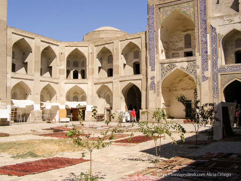 patio de antiguo caravanserai bukhara