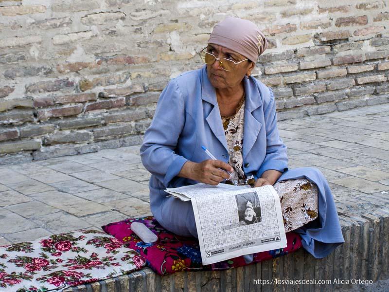 mujer uzbeka haciendo autodefinido en bukhara
