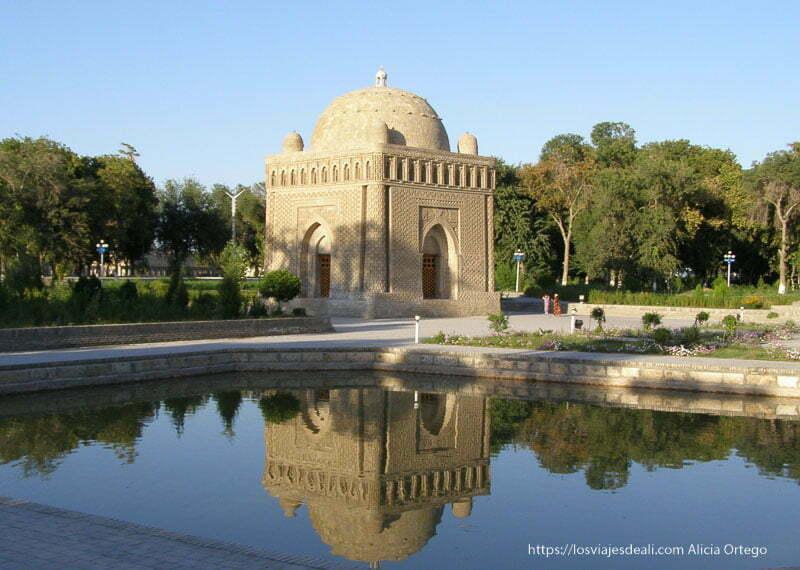 mausoleo de ladrillo reflejándose en estanque en bukhara