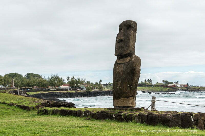 moai de hanga roa de espaldas al mar cómo es viajar a Isla de Pascua