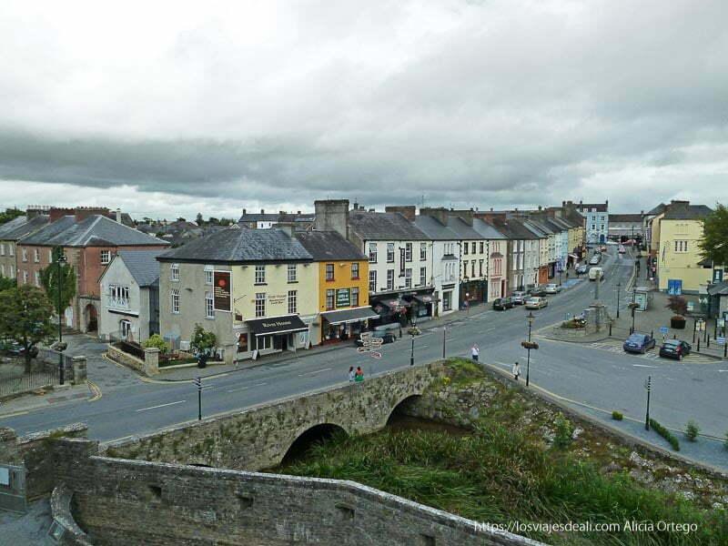vistas de cahir desde la fortaleza castillos en irlanda