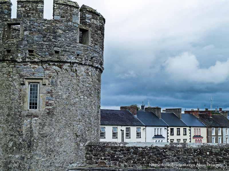 torreón y casas al fondo castillos en irlanda