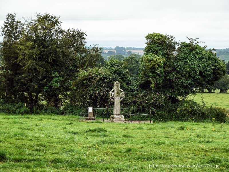 cruz celta en un prado castillos en irlanda 3 semanas en Irlanda