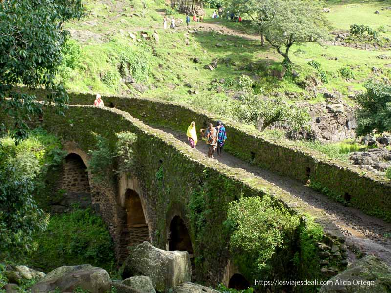puente de piedra de los portugueses de camino a cataratas del nilo azul