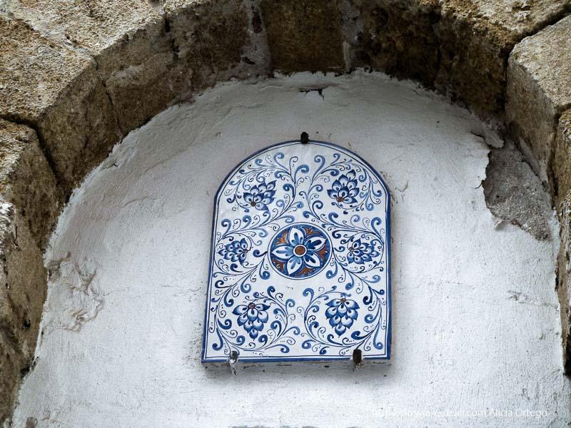 cerámica con flores en tonos azules en calle de cefalú impresiones de sicilia