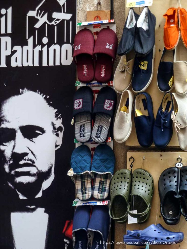 cartel de el padrino en tienda que vende zapatillas cefalú