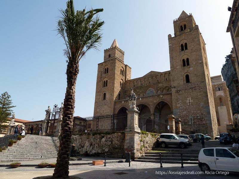 catedral de cefalú con palmera en primer plano