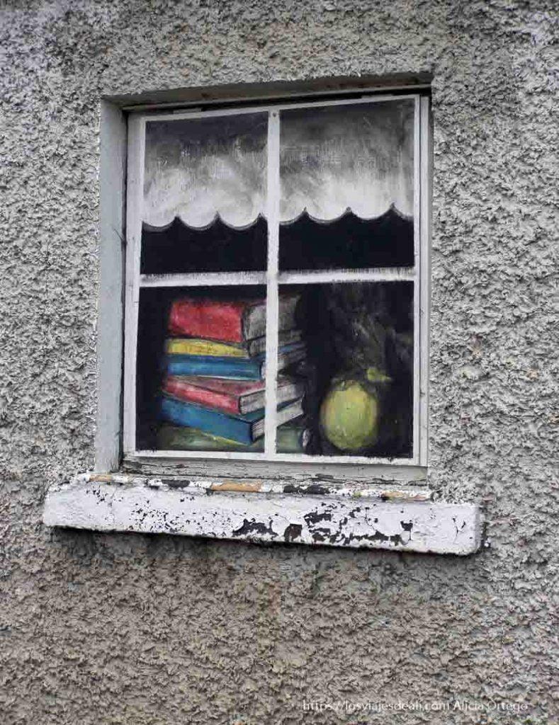ventana pintada con libros costa este de irlanda