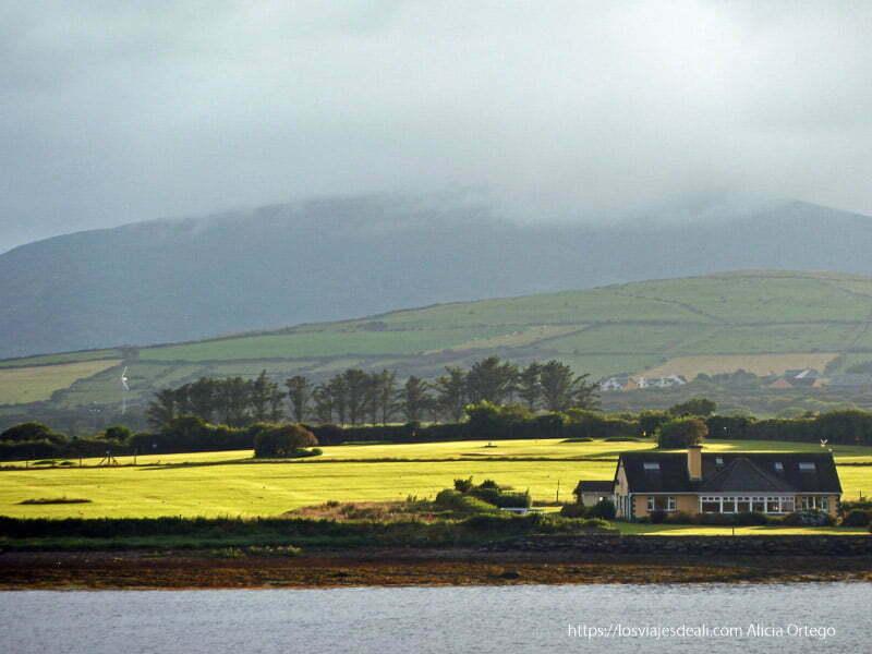 casa en prado verde iluminado por el sol en dingle
