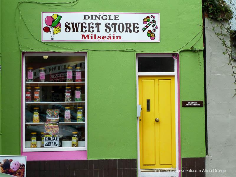 tienda de chuches con fachada verde y puerta amarilla dingle