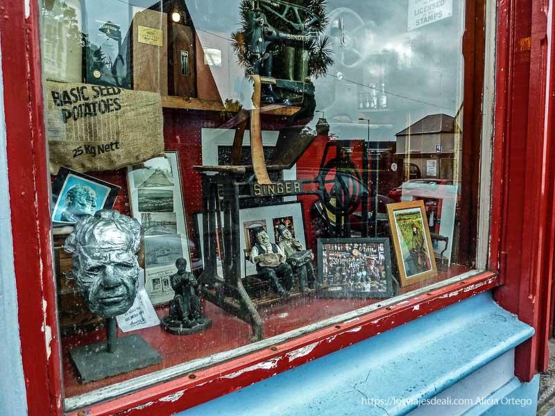escapareta de tienda de antigüedades con una singer dingle