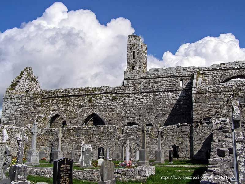 abadía en ruinas con cementerio el burren