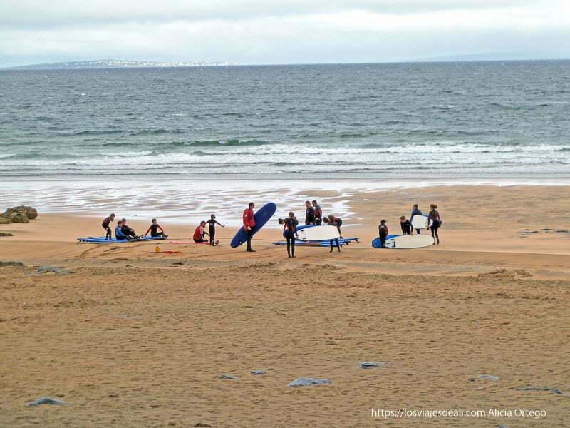 playa con surfistas el burren