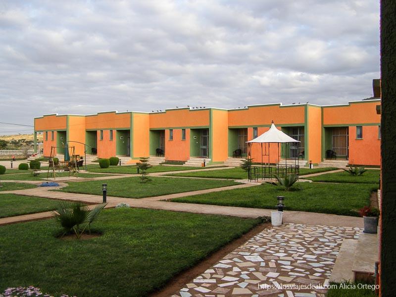 hotel de yabello con habitaciones dispuestas en torno a un jardin el sod
