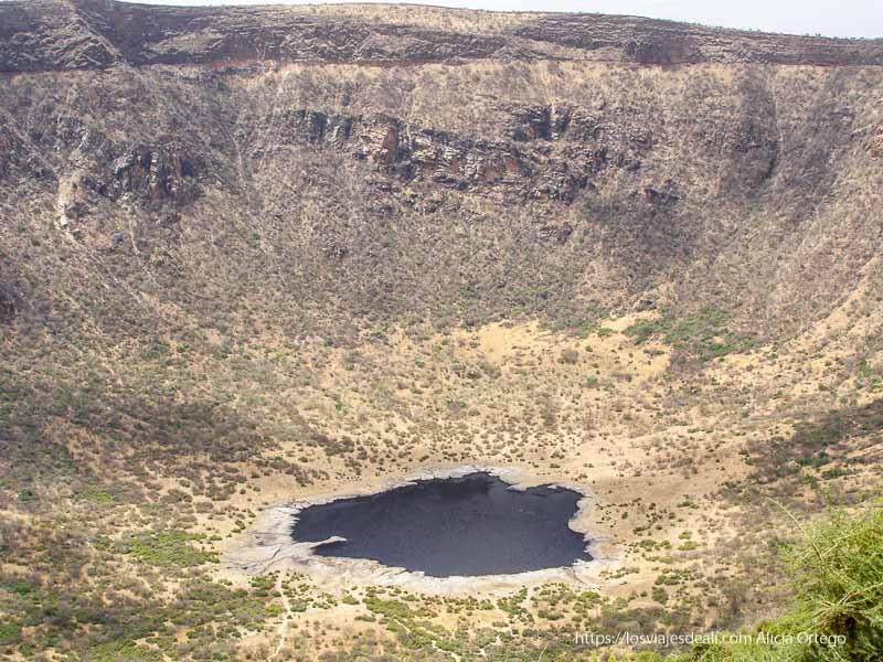 cráter con el lago el sod al fondo