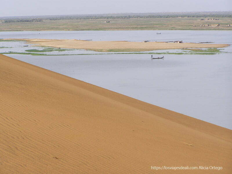 pendiente de arena de la duna rosa y río níger con barquitas gao