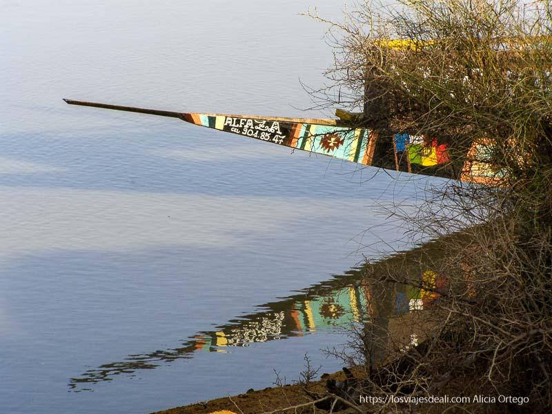 pinaza de colores reflejándose en el río gao