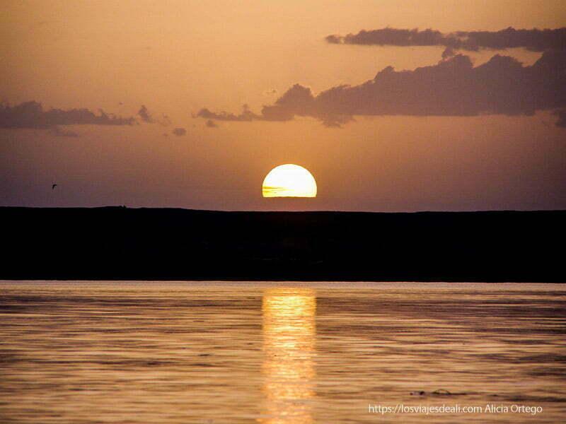 puesta de sol reflejándose en el agua en gao
