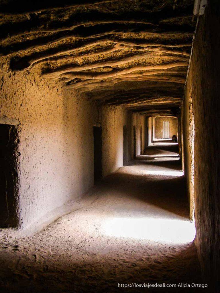 mezquita de gao de adobe con troncos en el techo y luz que pasa haciendo formas
