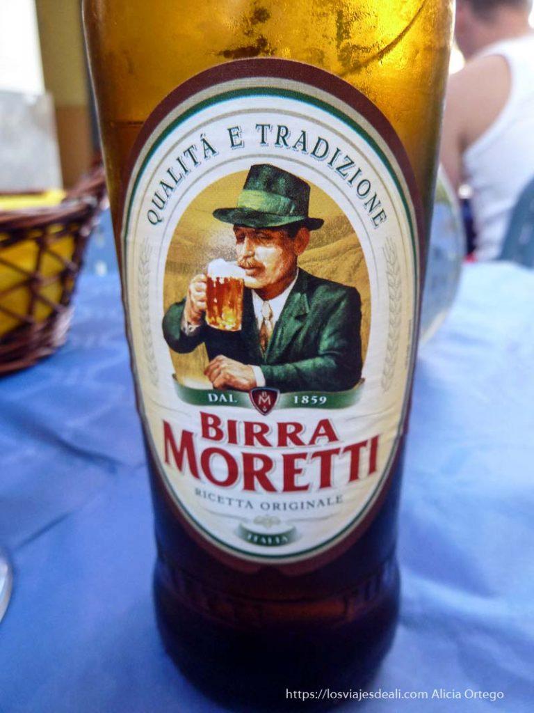 Botella de birra moretti gastronomía siciliana