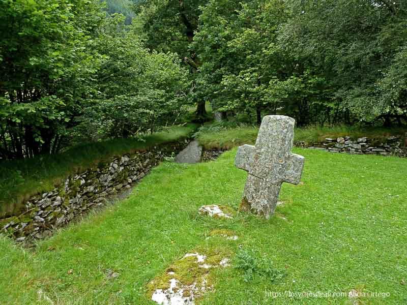 cruz de piedra en antigua abadía en glendalough