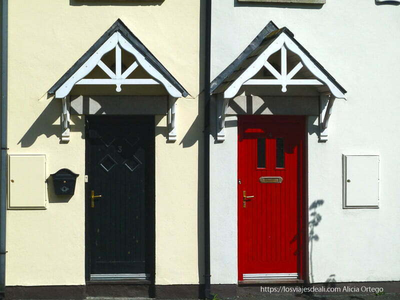 puertas de roundwood una roja y otra negra en glendalough