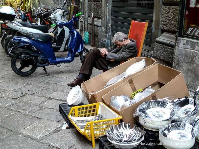 señor que vende sartenes durmiendo la siesta iglesias y mercados de palermo