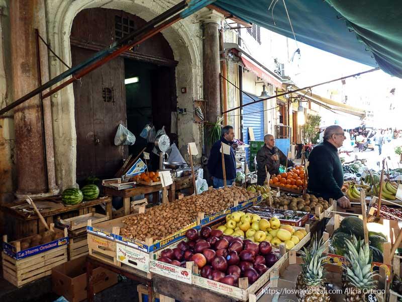 puesto de frutas iglesias y mercados de palermo
