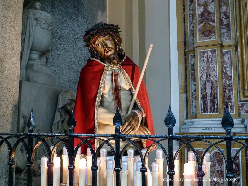 cristo con velas alrededor iglesias y mercados de palermo