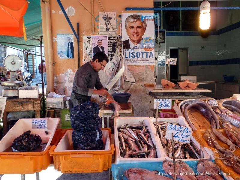 puesto de pescado con señor cortando un gran salmón iglesias y mercados de palermo