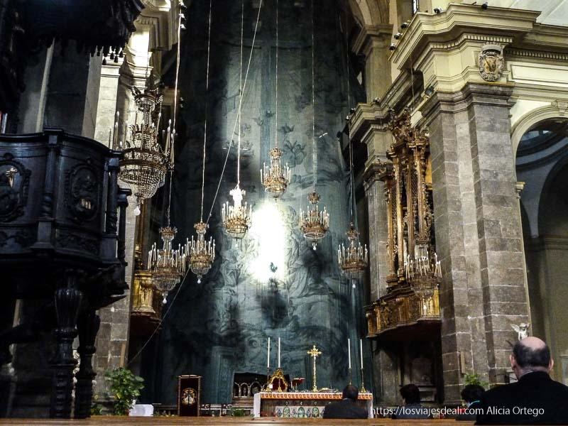 altar de iglesia barroca con 7 lámparas dispuestas en forma de pirámide iglesias y mercados de palermo