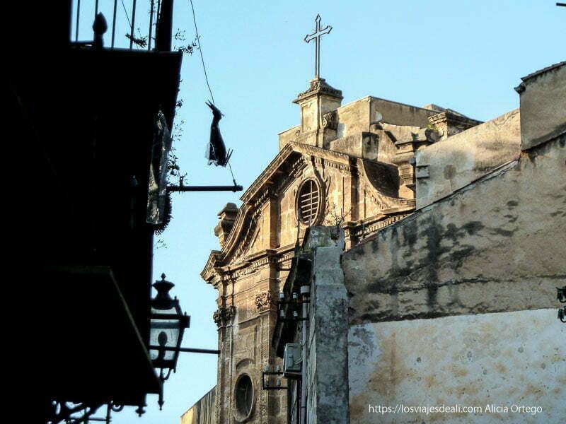 iglesia entre edificios viejos iglesias y mercados de palermo