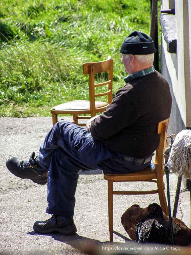 hombre irlandés sentado al sol Inishbofin