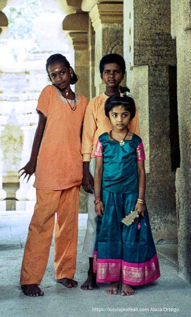 niñas con vestidos de colores en templos de kanchi tamil nadu