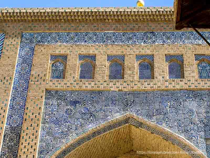 fachada mezquita llena de azulejos azules en khiva