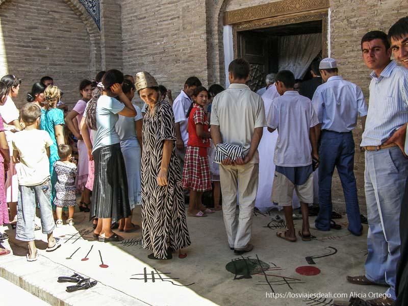 gente entrando en santuario en khiva