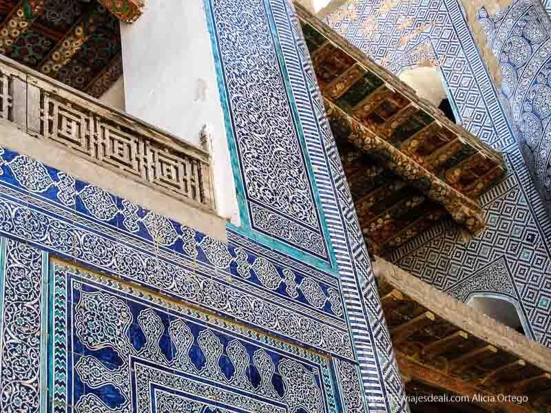 fachada llena de azulejos en khiva