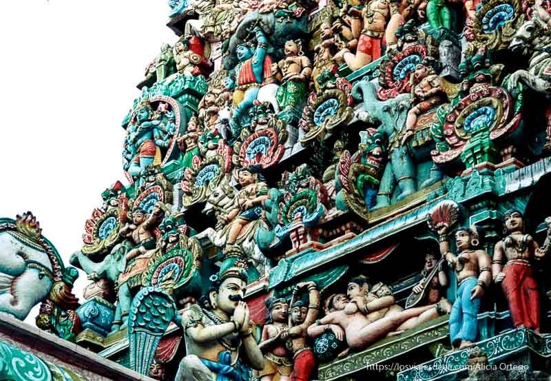 figuras de kamasutra pintadas de colores en templo de jumbakonam tamil nadu