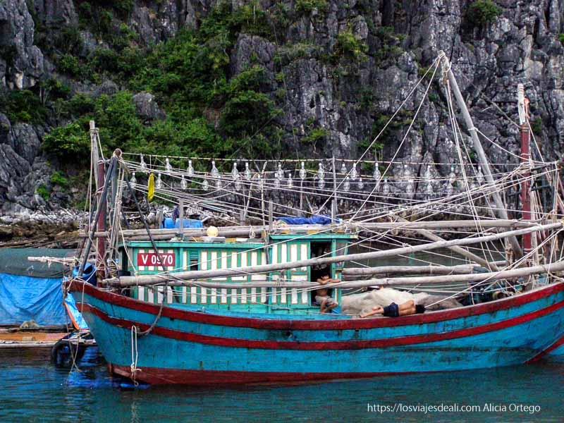 barco de pesca tradicional en la bahía de ha long