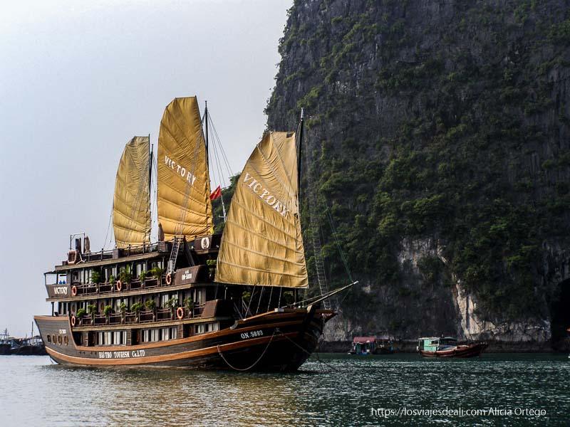 barco con velas desplegadas en la bahía de ha long