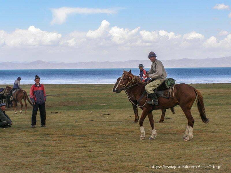 jinetes kirguises junto al lago song kol