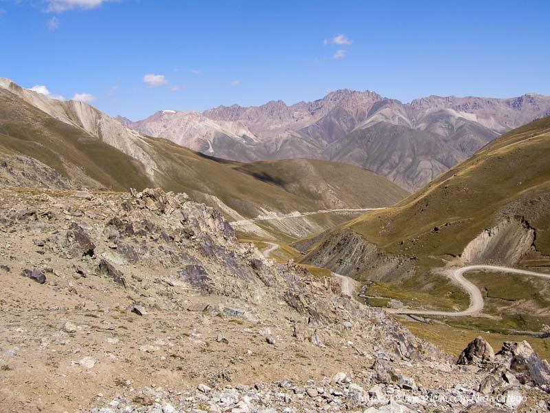 carretera de curvas entre montañas de camino al lago song kol
