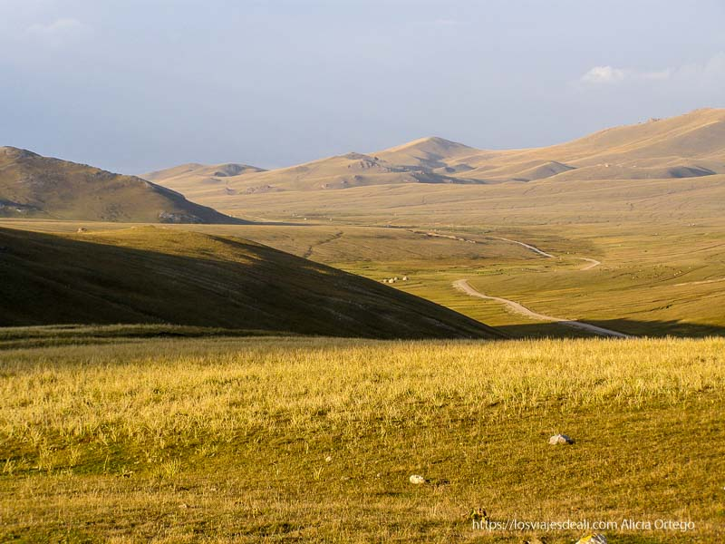 pista que serpentea entre prados y lomas de camino al lago song kol
